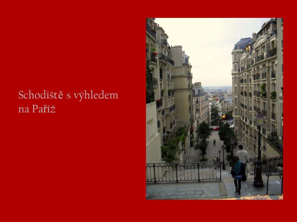 Schodiště s výhledem na Paříž