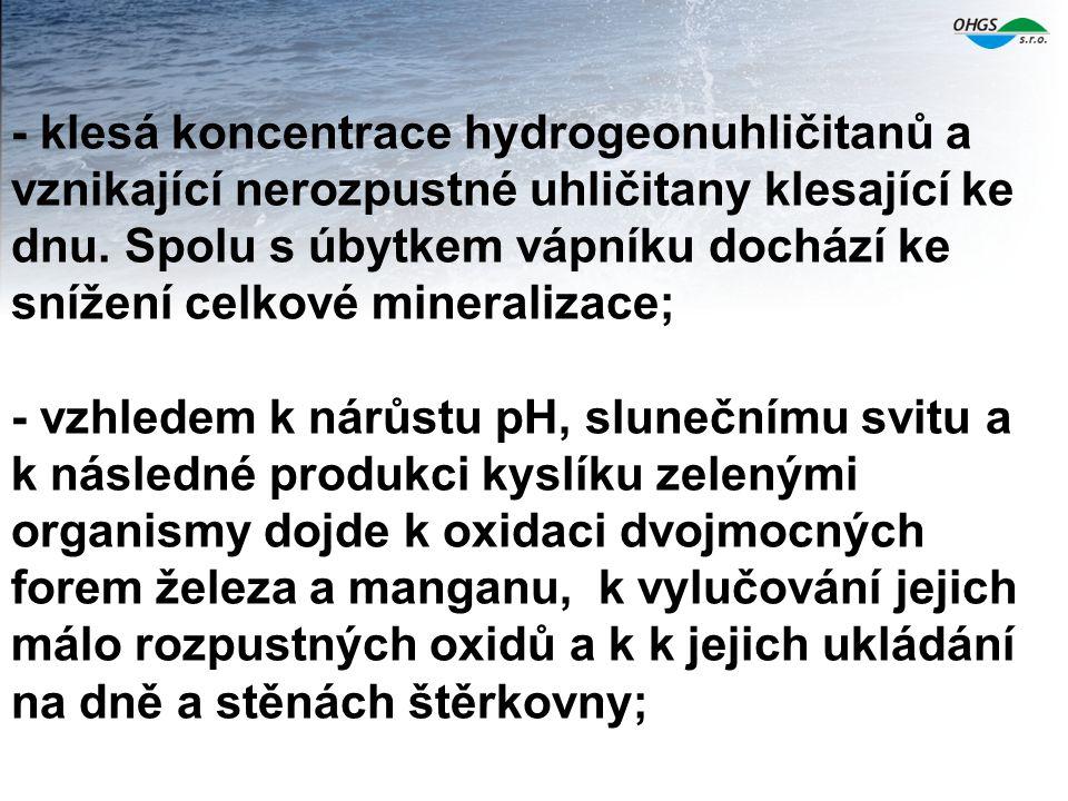 - klesá koncentrace hydrogeonuhličitanů a vznikající nerozpustné uhličitany klesající ke dnu.