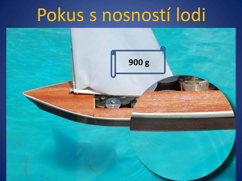 Pokus s nosností lodi 900 g 400 g 800 g