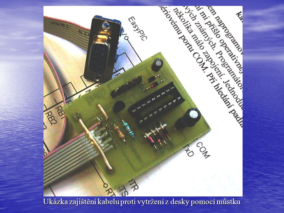 Ukázka zajištění kabelu proti vytržení z desky pomocí můstku