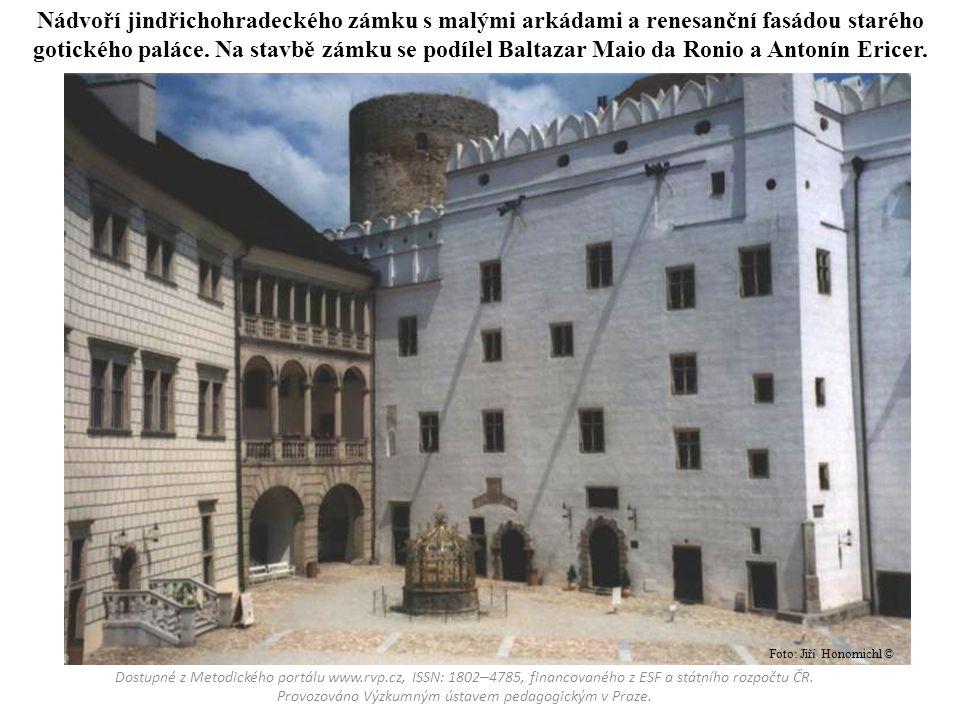 Nádvoří jindřichohradeckého zámku s malými arkádami a renesanční fasádou starého gotického paláce. Na stavbě zámku se podílel Baltazar Maio da Ronio a Antonín Ericer.