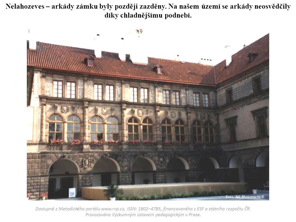 Nelahozeves – arkády zámku byly později zazděny