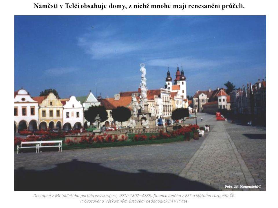 Náměstí v Telči obsahuje domy, z nichž mnohé mají renesanční průčelí.