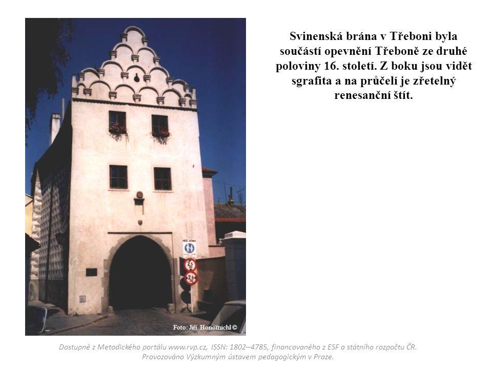 Svinenská brána v Třeboni byla součástí opevnění Třeboně ze druhé poloviny 16. století. Z boku jsou vidět sgrafita a na průčelí je zřetelný renesanční štít.