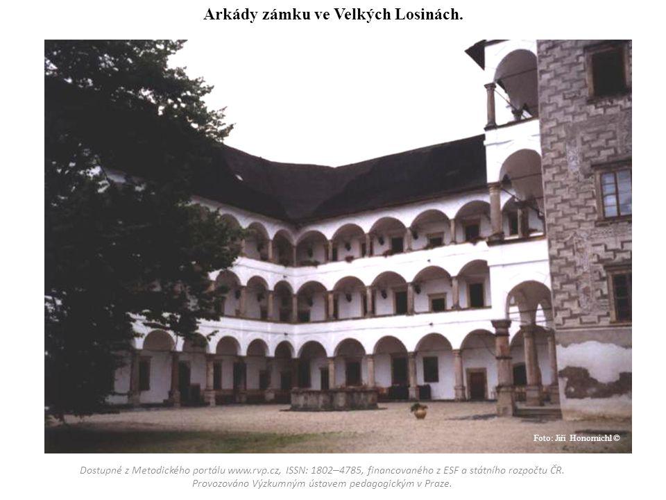 Arkády zámku ve Velkých Losinách.