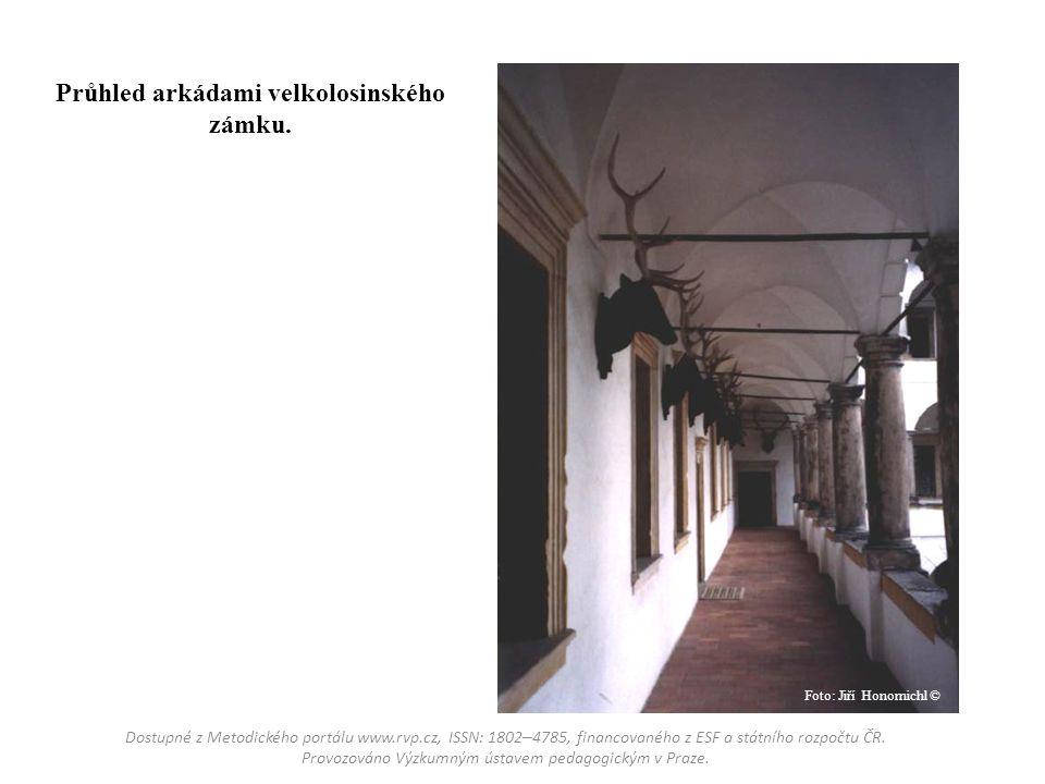 Průhled arkádami velkolosinského zámku.