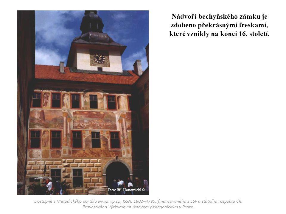 Nádvoří bechyňského zámku je zdobeno překrásnými freskami, které vznikly na konci 16. století.