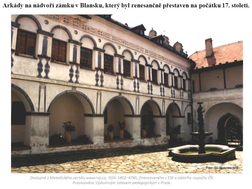 Arkády na nádvoří zámku v Blansku, který byl renesančně přestaven na počátku 17. století.