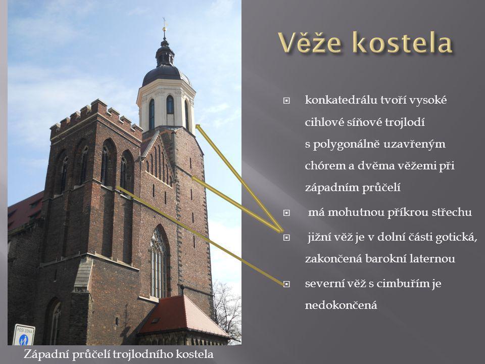 Věže kostela konkatedrálu tvoří vysoké cihlové síňové trojlodí s polygonálně uzavřeným chórem a dvěma věžemi při západním průčelí.