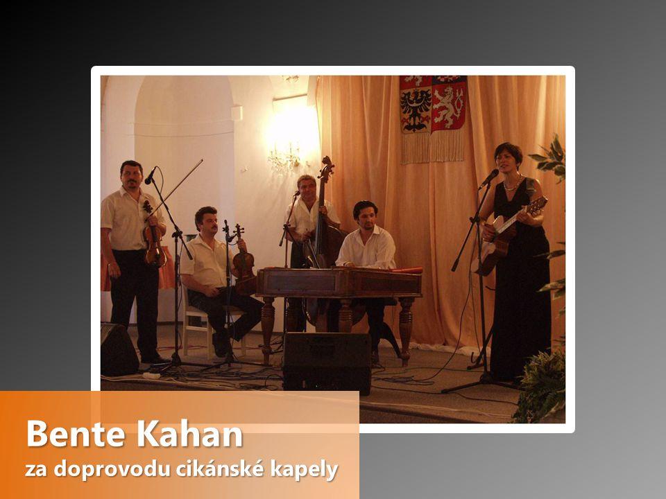 Bente Kahan za doprovodu cikánské kapely