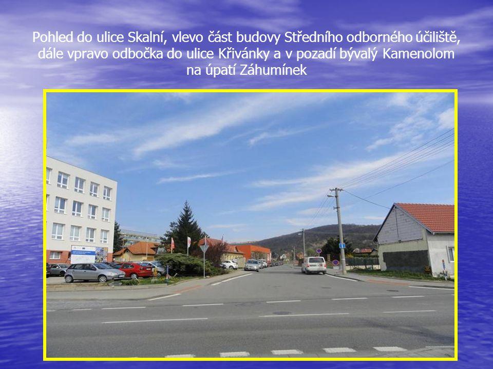 Pohled do ulice Skalní, vlevo část budovy Středního odborného účiliště, dále vpravo odbočka do ulice Křivánky a v pozadí bývalý Kamenolom na úpatí Záhumínek