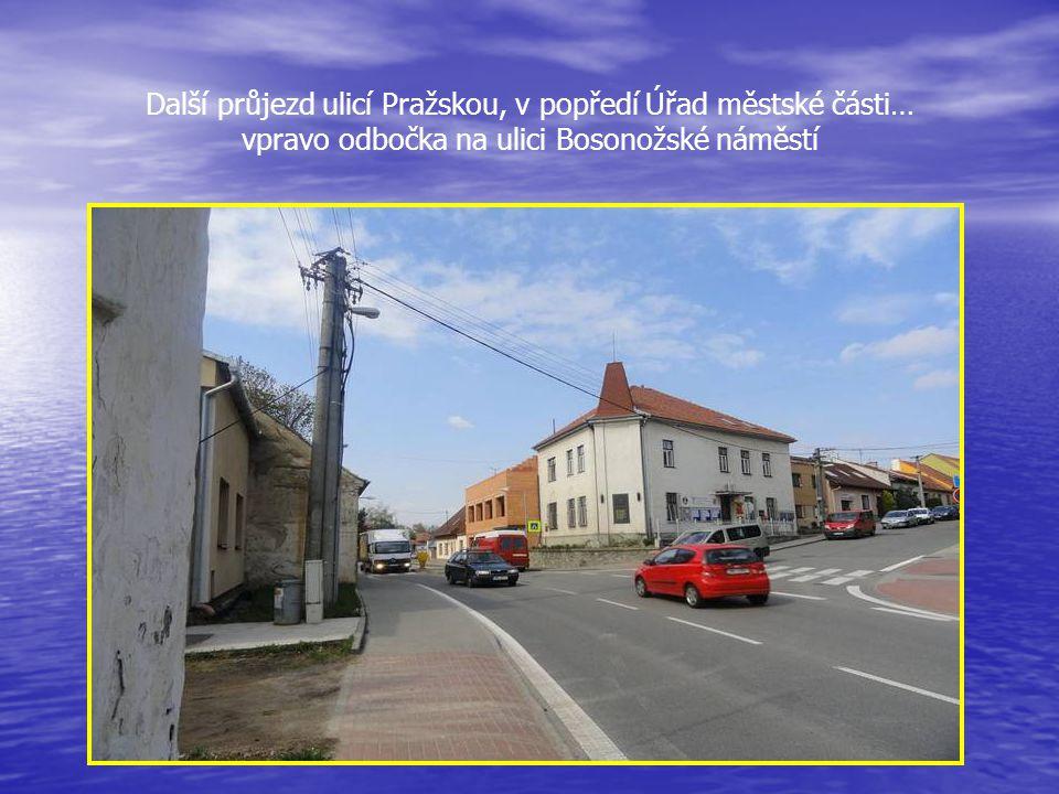 Další průjezd ulicí Pražskou, v popředí Úřad městské části… vpravo odbočka na ulici Bosonožské náměstí
