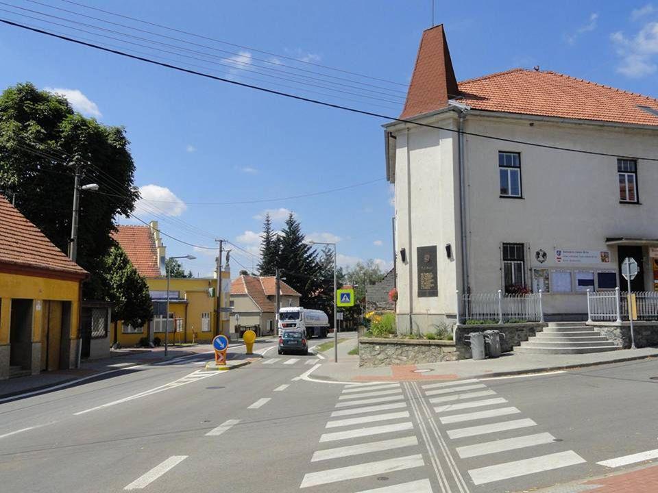 silnice- ulice Pražská, kterou projede denně mnoho automobilů