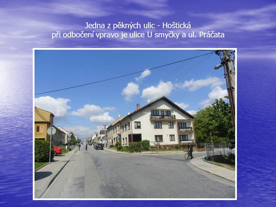 Jedna z pěkných ulic - Hoštická při odbočení vpravo je ulice U smyčky a ul. Práčata