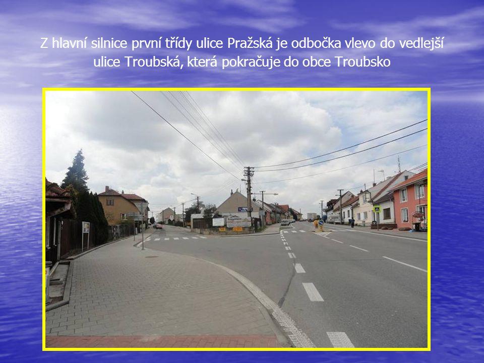 Z hlavní silnice první třídy ulice Pražská je odbočka vlevo do vedlejší ulice Troubská, která pokračuje do obce Troubsko