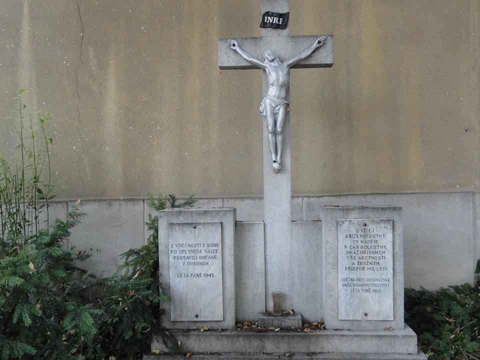 Svatý kříž-umístěn na venkovní boční stěně KAPLE, věnován občany z Bosonoh v r. 1855