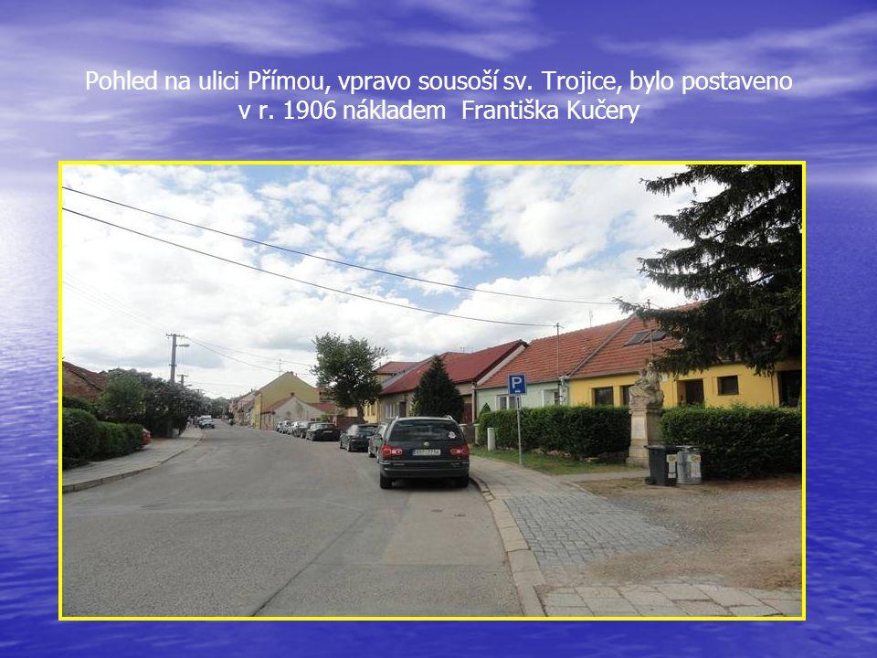 Pohled na ulici Přímou, vpravo sousoší sv. Trojice, bylo postaveno v r