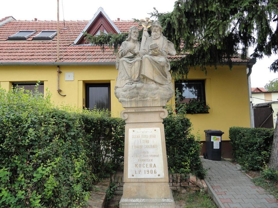 SOUSOŠÍ SVATÉ TROJICE –umístěno na začátku ulice Přímá