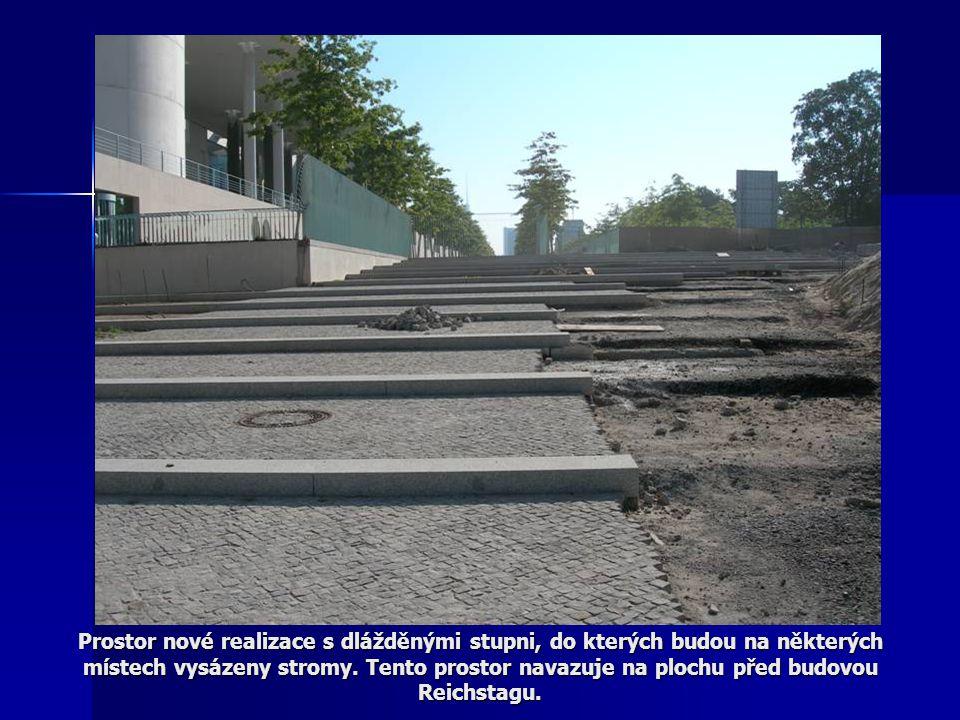 Prostor nové realizace s dlážděnými stupni, do kterých budou na některých místech vysázeny stromy.