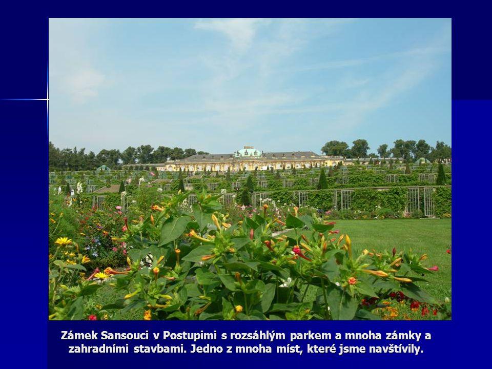 Zámek Sansouci v Postupimi s rozsáhlým parkem a mnoha zámky a zahradními stavbami.