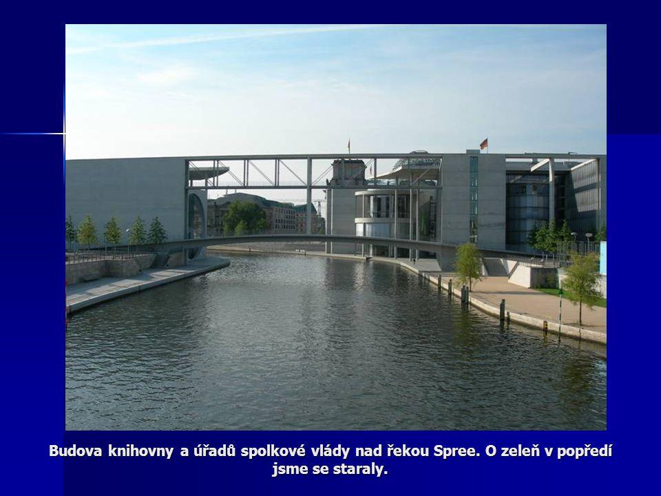 Budova knihovny a úřadů spolkové vlády nad řekou Spree