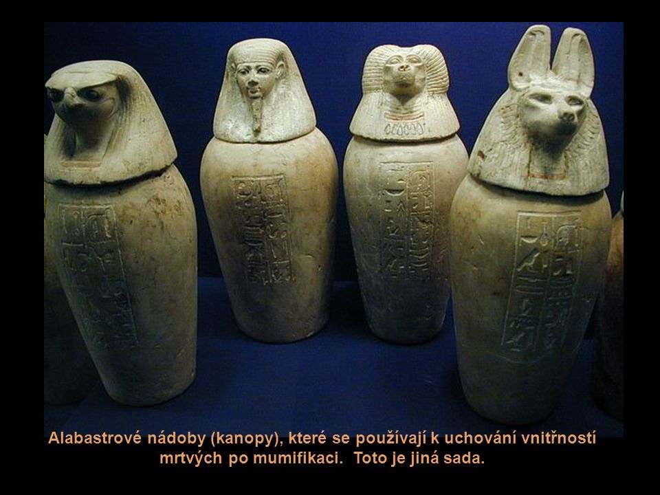 Alabastrové nádoby (kanopy), které se používají k uchování vnitřností mrtvých po mumifikaci.