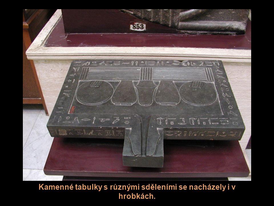 Kamenné tabulky s různými sděleními se nacházely i v hrobkách.
