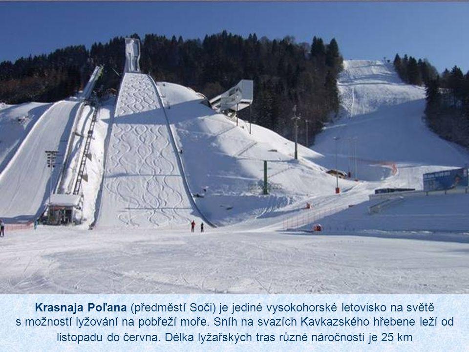 Krasnaja Poľana (předměstí Soči) je jediné vysokohorské letovisko na světě s možností lyžování na pobřeží moře.