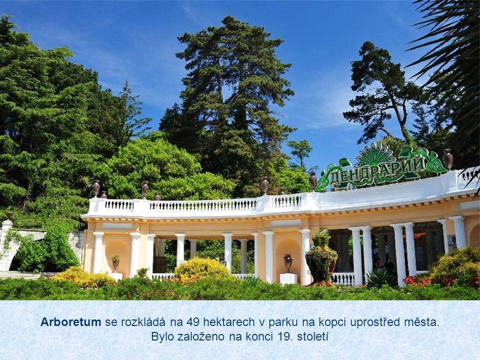 Arboretum se rozkládá na 49 hektarech v parku na kopci uprostřed města