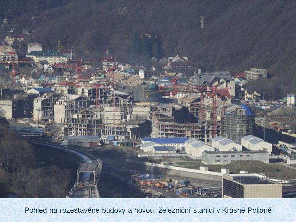 Pohled na rozestavěné budovy a novou železniční stanici v Krásné Poljaně