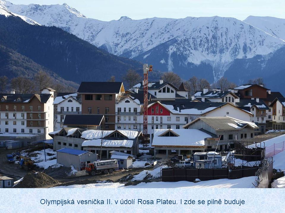Olympijská vesnička II. v údolí Rosa Plateu. I zde se pilně buduje