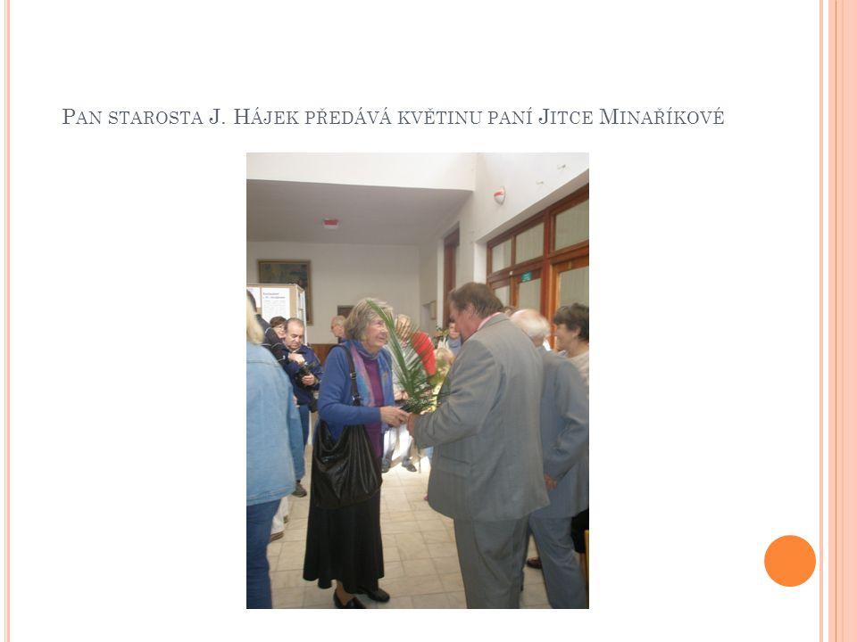 Pan starosta J. Hájek předává květinu paní Jitce Minaříkové