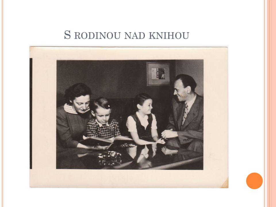 S rodinou nad knihou