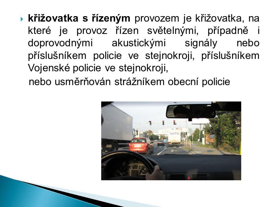 křižovatka s řízeným provozem je křižovatka, na které je provoz řízen světelnými, případně i doprovodnými akustickými signály nebo příslušníkem policie ve stejnokroji, příslušníkem Vojenské policie ve stejnokroji,