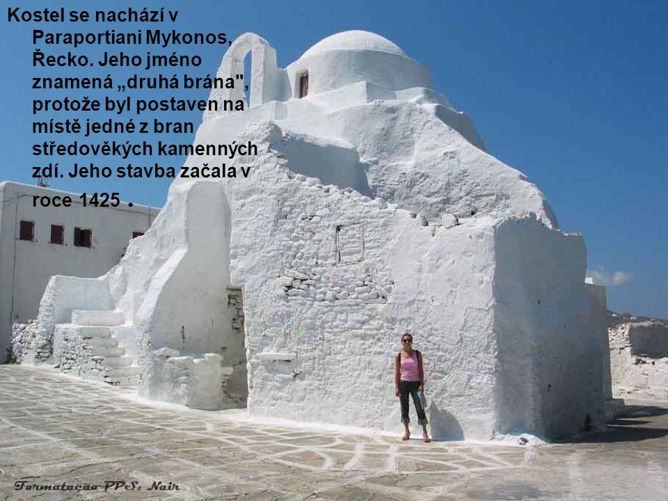 Kostel se nachází v Paraportiani Mykonos, Řecko
