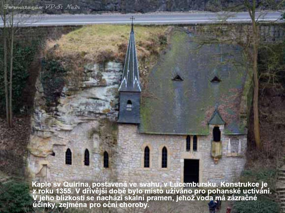 Kaple sv Quirina, postavená ve svahu, v Lucembursku