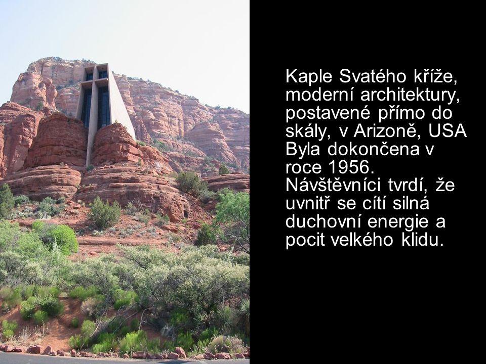 Kaple Svatého kříže, moderní architektury, postavené přímo do skály, v Arizoně, USA Byla dokončena v roce 1956.