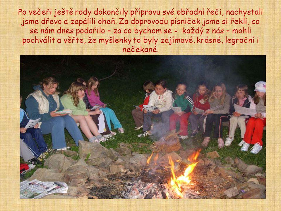 Po večeři ještě rody dokončily přípravu své obřadní řeči, nachystali jsme dřevo a zapálili oheň.