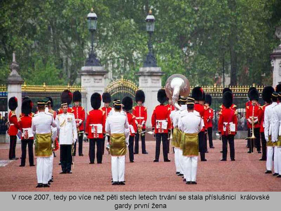 V roce 2007, tedy po více než pěti stech letech trvání se stala příslušnicí královské gardy první žena