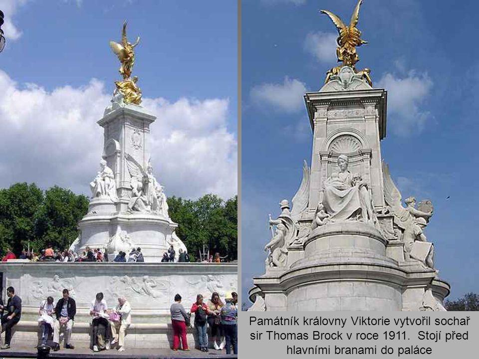 Památník královny Viktorie vytvořil sochař sir Thomas Brock v roce 1911.