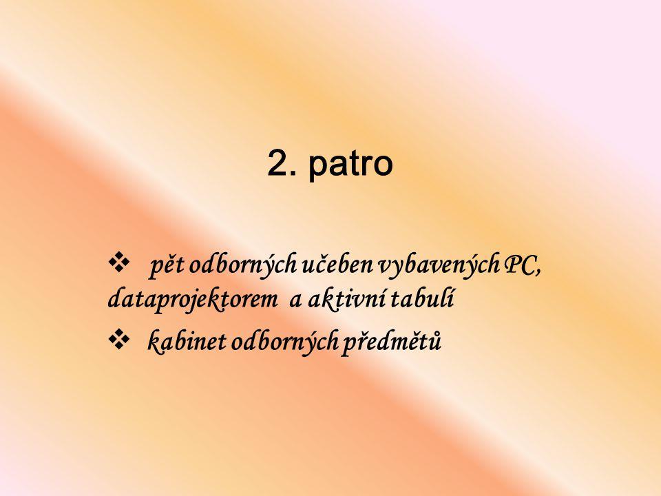 2. patro pět odborných učeben vybavených PC, dataprojektorem a aktivní tabulí.