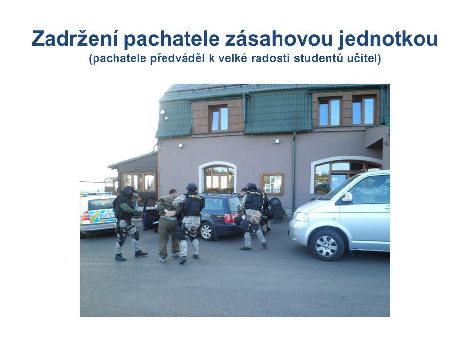 Zadržení pachatele zásahovou jednotkou (pachatele předváděl k velké radosti studentů učitel)