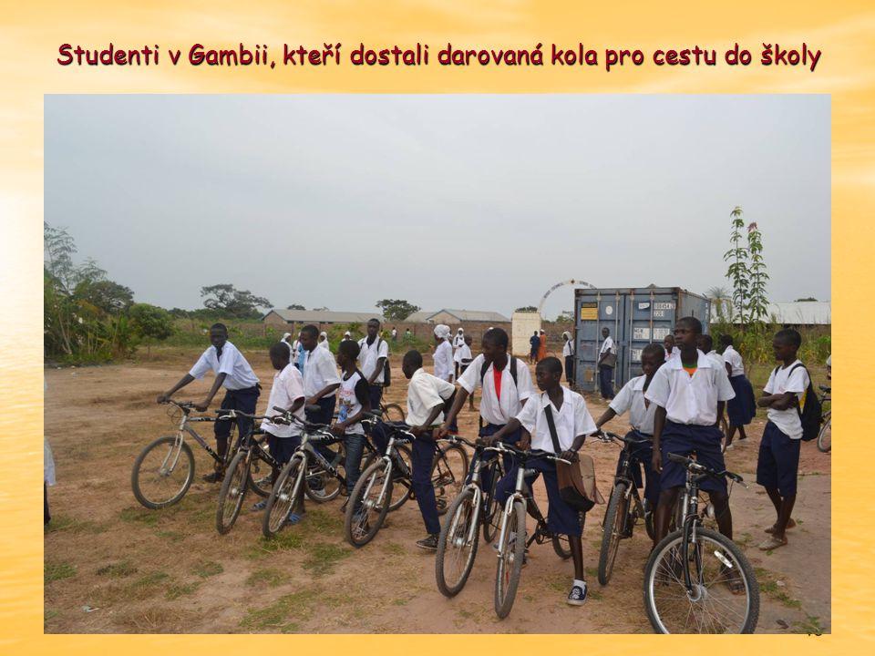 Studenti v Gambii, kteří dostali darovaná kola pro cestu do školy