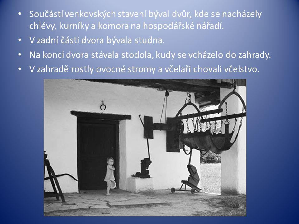 Součástí venkovských stavení býval dvůr, kde se nacházely chlévy, kurníky a komora na hospodářské nářadí.