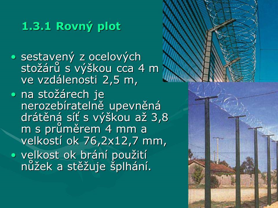 1.3.1 Rovný plot sestavený z ocelových stožárů s výškou cca 4 m ve vzdálenosti 2,5 m,