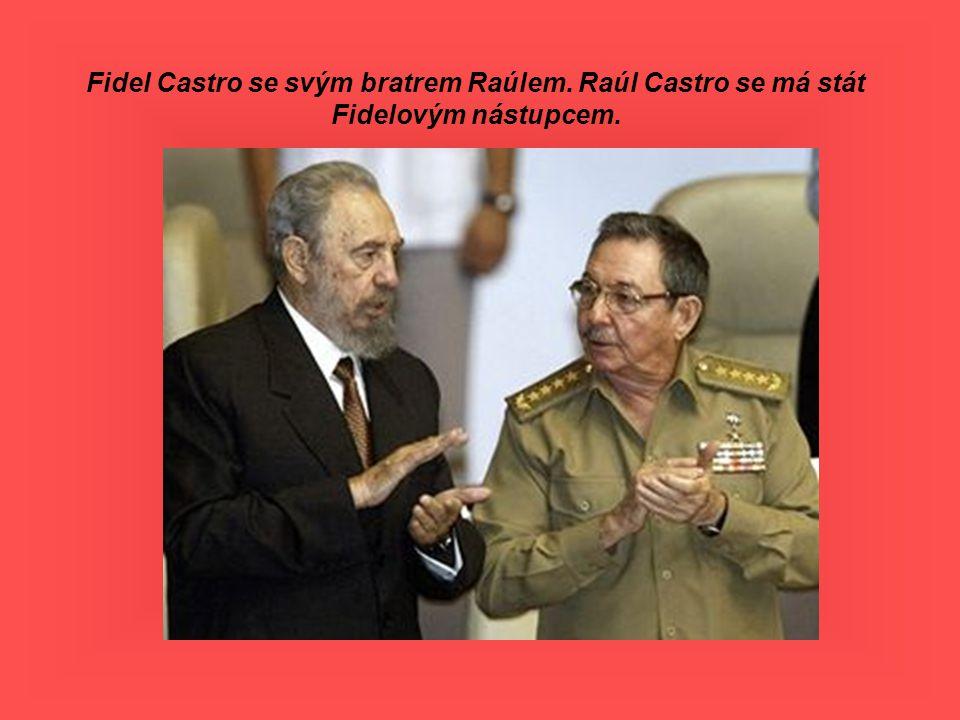 Fidel Castro se svým bratrem Raúlem