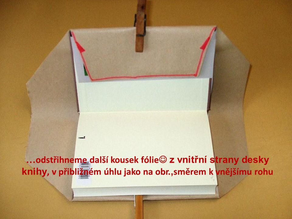 …odstřihneme další kousek fólie z vnitřní strany desky knihy, v přibližném úhlu jako na obr.,směrem k vnějšímu rohu