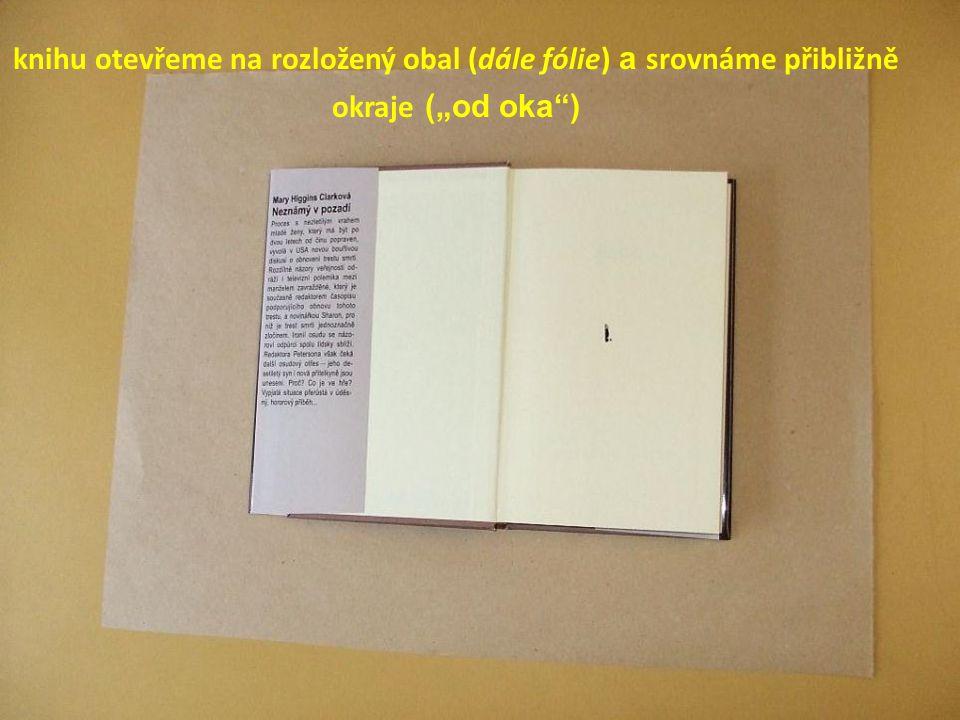 """knihu otevřeme na rozložený obal (dále fólie) a srovnáme přibližně okraje (""""od oka )"""