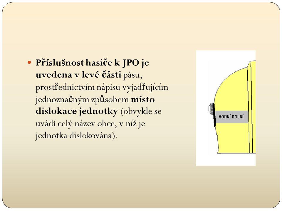 Příslušnost hasiče k JPO je uvedena v levé části pásu, prostřednictvím nápisu vyjadřujícím jednoznačným způsobem místo dislokace jednotky (obvykle se uvádí celý název obce, v níž je jednotka dislokována).