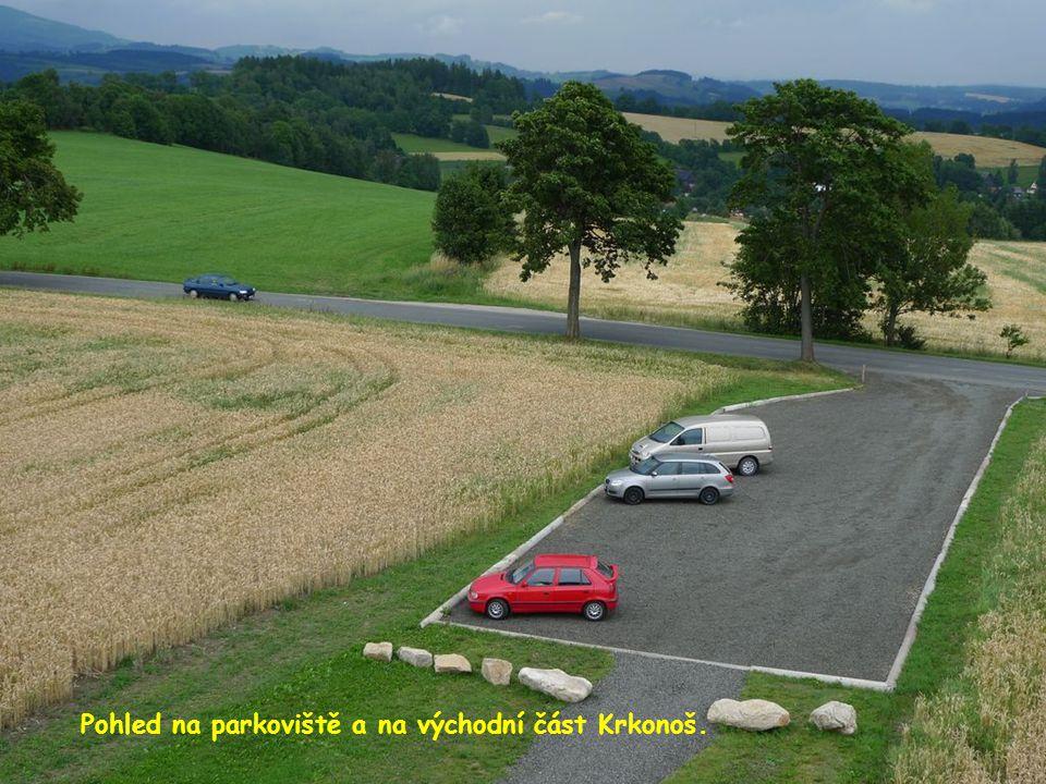 Pohled na parkoviště a na východní část Krkonoš.